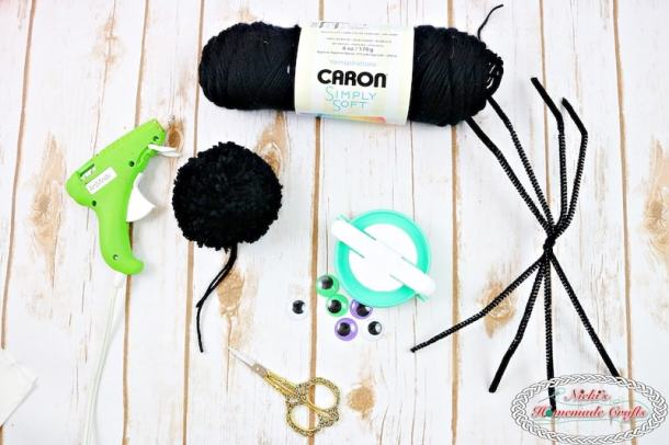 How to make Spider Pom-Pom's - Craft Halloween DIY Tutorial by Nicki's Homemade Crafts #spider #yarn #pompom #halloween #tutorial