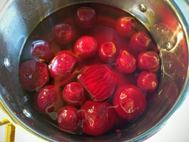But let's can them instead. Cut the larger beets to size, and immerse them in a bath of pickling liquid; bring it to the boil.