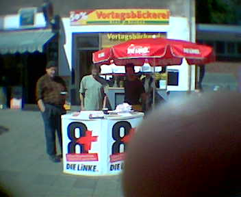 Unser erster Infostand in der Nordstadt im Kommunalwahlkampf 2006- der Finger ist übrigens meiner ;-)