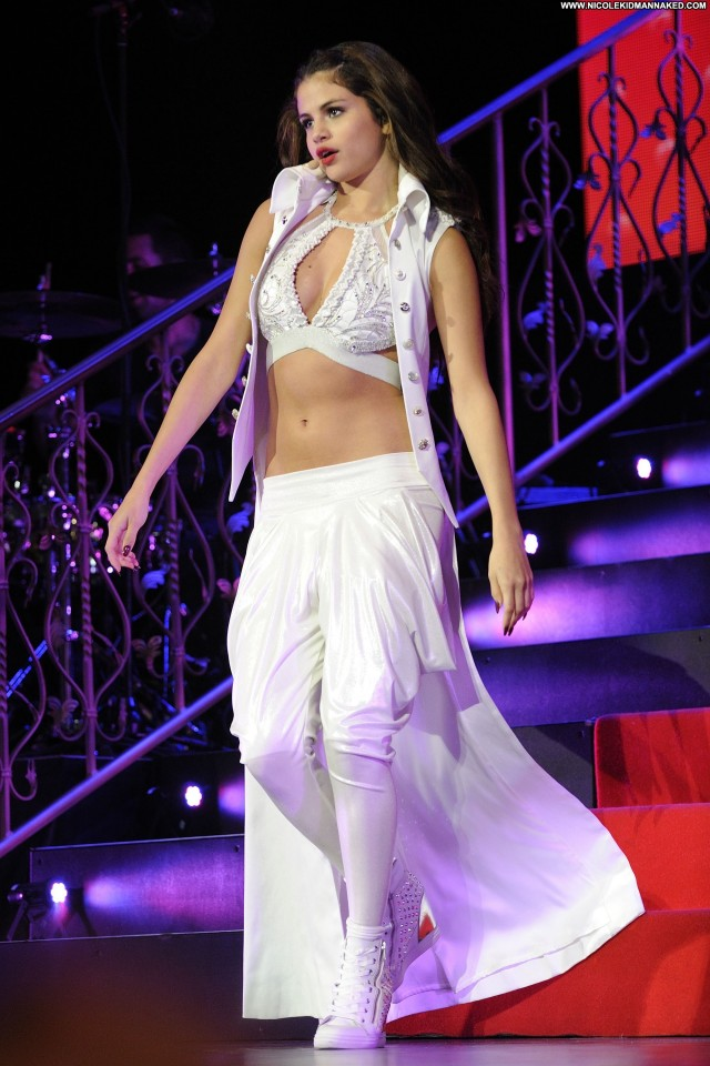 Selena Gomez Performance Posing Hot Beautiful Celebrity Candids Babe