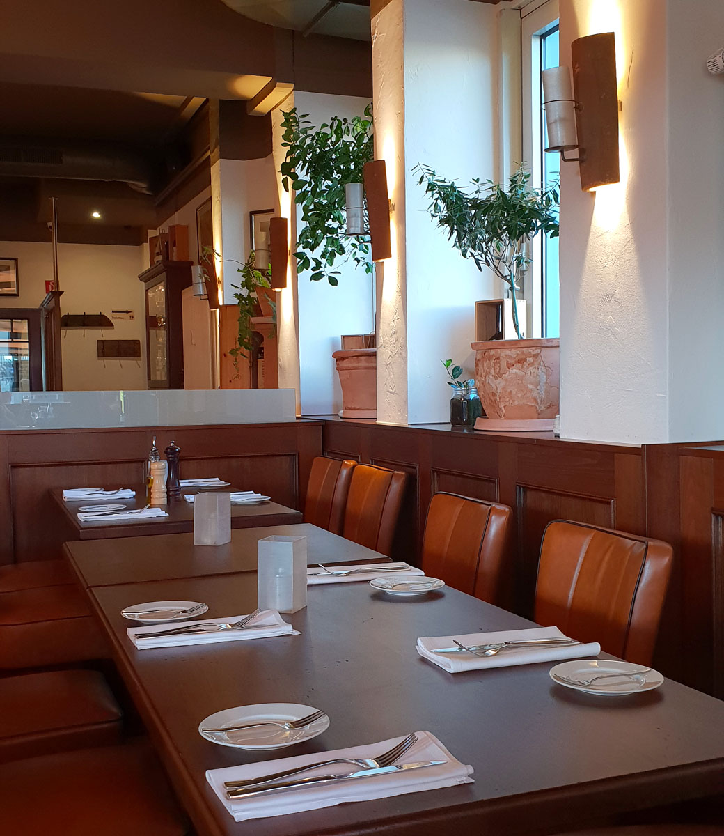 "restaurants-in-kassel-small-konoba-interior-detail ""width ="" 1040 ""height ="" 1200 ""data-wp-pid ="" 8776 ""srcset ="" https://www.nicolos-reiseblog.de/wp- content / uploads / 2018/09 / restaurants-in-kassel-small-konoba-interior-detail.jpg 1040w, https://www.nicolos-reiseblog.de/wp-content/uploads/2018/09/restaurants-in -kassel-small-konoba-interior-detail-260x300.jpg 260w, https://www.nicolos-reiseblog.de/wp-content/uploads/2018/09/restaurants-in-kassel-kleine-konoba-innen- detail-887x1024.jpg 887w, https://www.nicolos-reiseblog.de/wp-content/uploads/2018/09/restaurants-in-kassel-kleine-konoba-innen-detail-800x923.jpg 800w ""maten = ""(max. breedte: 1040 px) 100 vw, 1040 px"" /></p data-recalc-dims="