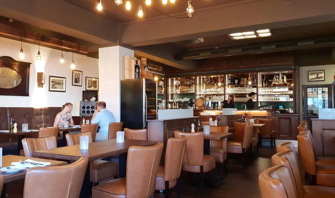 "restaurants-in-kassel-kleine-konoba-inside ""width ="" 1200 ""height ="" 710 ""data-wp-pid ="" 8774 ""srcset ="" https://www.nicolos-reiseblog.de/wp-content/ uploads / 2018/09 / restaurants-in-kassel-kleine-konoba-innen.jpg 1200w, https://www.nicolos-reiseblog.de/wp-content/uploads/2018/09/restaurants-in-kassel-kleine -konoba-inside-300x178.jpg 300w, https://www.nicolos-reiseblog.de/wp-content/uploads/2018/09/restaurants-in-kassel-kleine-konoba-innen-1024x606.jpg 1024w, https : //www.nicolos-reiseblog.de/wp-content/uploads/2018/09/restaurants-in-kassel-kleine-konoba-innen-800x473.jpg 800w ""sizes ="" (max-breedte: 1200px) 100vw, 1200px ""/></p data-recalc-dims="