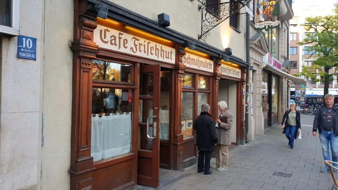 "best-cafes-muenchen-lard-noodle-café-verse-hoed-ingang ""width ="" 1200 ""height ="" 675 ""data-wp-pid ="" 9435 ""srcset ="" https://www.nicolos-reiseblog.de/wp- inhoud / uploads / 2018/12 / best-cafes-munich-Schmalznudel-Cafe-Frischhut-eingang.jpg 1200w, https://www.nicolos-reiseblog.de/wp-content/uploads/2018/12/besten-cafes -muenchen-Schmalznudel-Cafe-Frischhut-entrance-300x169.jpg 300w, https://www.nicolos-reiseblog.de/wp-content/uploads/2018/12/besten-cafes-muenchen-Schmalznudel-Cafe-Frischhut- entrance-1024x576.jpg 1024w, https://www.nicolos-reiseblog.de/wp-content/uploads/2018/12/besten-cafes-muenchen-Schmalznudel-Cafe-Frischhut-eingang-800x450.jpg 800w, https: //www.nicolos-reiseblog.de/wp-content/uploads/2018/12/besten-cafes-muenchen-Schmalznudel-Cafe-Frischhut-eingang-300x169@2x.jpg 600w ""sizes ="" (max-width: 1200px ) 100vw, 1200px ""/></p data-recalc-dims="