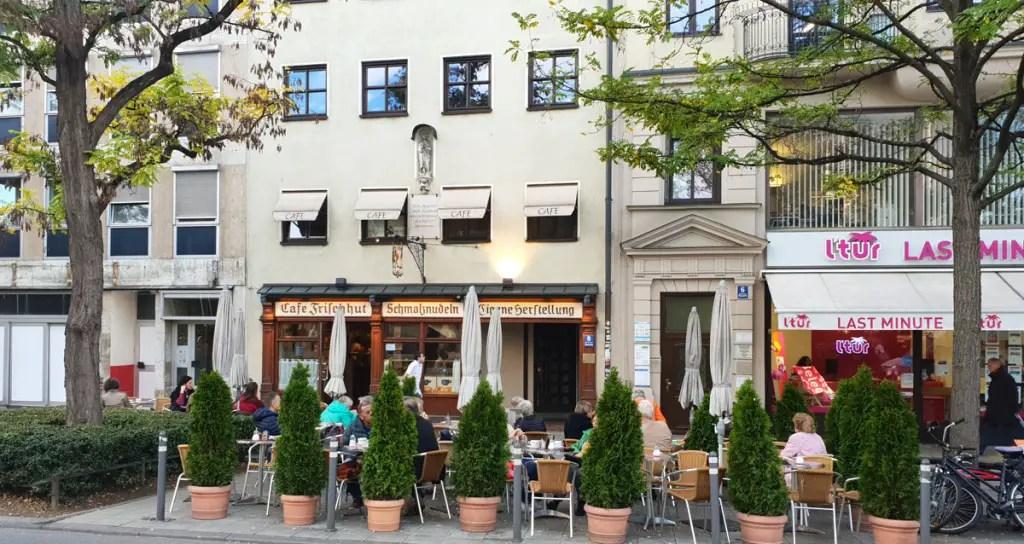 "best-cafes-muenchen-lard-noodle-café-vers-hoed-zit-voor ""width ="" 1024 ""height ="" 544 ""data-wp-pid ="" 9433 ""srcset ="" https://www.nicolos-reiseblog.de/ wp-content / uploads / 2018/12 / best-cafes-muenchen-lard-noodles-cafe-fresh-hat-sitting-front.jpg 1024w, https://www.nicolos-reiseblog.de/wp-content/uploads/2018/12 /besten-cafes-muenchen-Schmalznudel-Cafe-Frischhut-Sitzen-vorne-300x160.jpg 300w, https://www.nicolos-reiseblog.de/wp-content/uploads/2018/12/besten-cafes-muenchen- Schmalznudel-Cafe-Frischhut-sit-front-351x185.jpg 351w, https://www.nicolos-reiseblog.de/wp-content/uploads/2018/12/besten-cafes-muenchen-Schmalznudel-Cafe-Frischhut-Sitzen -front-800x425.jpg 800w, https://www.nicolos-reiseblog.de/wp-content/uploads/2018/12/besten-cafes-muenchen-Schmalznudel-Cafe-Frischhut-Sitzen-vorne-300x160@2x. jpg 600w, https://www.nicolos-reiseblog.de/wp-content/uploads/2018/12/besten-cafes-muenchen-Schmalznudel-Cafe-Frischhut-Sitzen-vorne-351x185@2x.jpg 702w ""sizes = ""(max-breedte: 1024px) 100vw, 1024 px ""/></p data-recalc-dims="