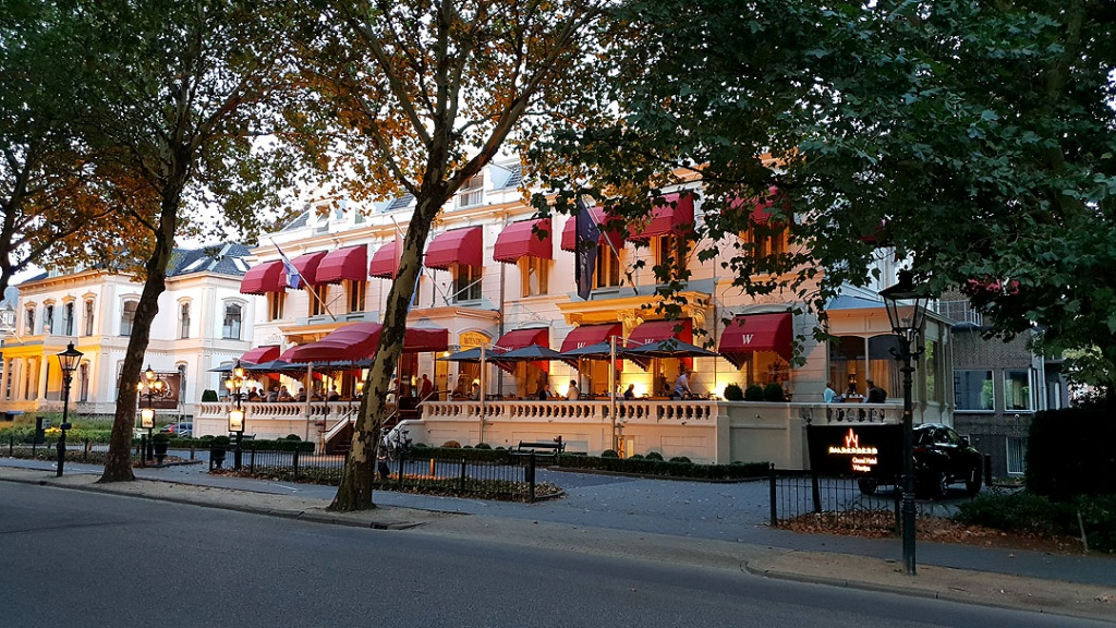 "reisetipps-zwolle-staedtetrip-Bilderberg-Grand-Hotel-Wientjes"" class=""wp-image-9769"" srcset=""https://i0.wp.com/www.nicolos-reiseblog.de/wp-content/uploads/2019/01/reisetipps-zwolle-staedtetrip-Bilderberg-Grand-Hotel-Wientjes-2-1024x576.jpg?resize=1024%2C576&ssl=1 1024w, https://www.nicolos-reiseblog.de/wp-content/uploads/2019/01/reisetipps-zwolle-staedtetrip-Bilderberg-Grand-Hotel-Wientjes-2-300x169.jpg 300w, https://www.nicolos-reiseblog.de/wp-content/uploads/2019/01/reisetipps-zwolle-staedtetrip-Bilderberg-Grand-Hotel-Wientjes-2-800x450.jpg 800w, https://www.nicolos-reiseblog.de/wp-content/uploads/2019/01/reisetipps-zwolle-staedtetrip-Bilderberg-Grand-Hotel-Wientjes-2.jpg 1080w, https://www.nicolos-reiseblog.de/wp-content/uploads/2019/01/reisetipps-zwolle-staedtetrip-Bilderberg-Grand-Hotel-Wientjes-2-300x169@2x.jpg 600w"" sizes=""(max-width: 1024px) 100vw, 1024px""/></figure data-recalc-dims="