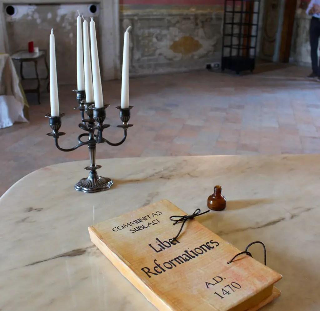 "Subiaco-reizen-tips-latium-reizen-tips-italië-rocca-di-abbaziale-boek-kroonluchter ""srcset ="" https://www.nicolos-reiseblog.de/wp-content/uploads/2019/02/Subiaco-reisetippslatium -tips-italië-rocca-di-abbaziale-book-candlestick-1024x996.jpg 1024w, https://www.nicolos-reiseblog.de/wp-content/uploads/2019/02/Subiaco-reisetipps-latium-reisetipps- italie-rocca-di-abbaziale-book-candlestick-300x292.jpg 300w, https://www.nicolos-reiseblog.de/wp-content/uploads/2019/02/Subiaco-travel-tips-latium-travel-tips-italia-rocca -di-abbaziale-book-candlestick-800x778.jpg 800w, https://www.nicolos-reiseblog.de/wp-content/uploads/2019/02/Subiaco-travel-tips-latium-travel-tips-italia-rocca-di- abbaziale-buch-leuchter.jpg 1200w, https://www.nicolos-reiseblog.de/wp-content/uploads/2019/02/Subiaco-travel-tips-latium-travel-tips-italia-rocca-di-abbaziale-buch-leuchter -300x292@2x.jpg 600w ""sizes ="" (max-width: 1024px) 100vw, 1024px ""/></figure data-recalc-dims="