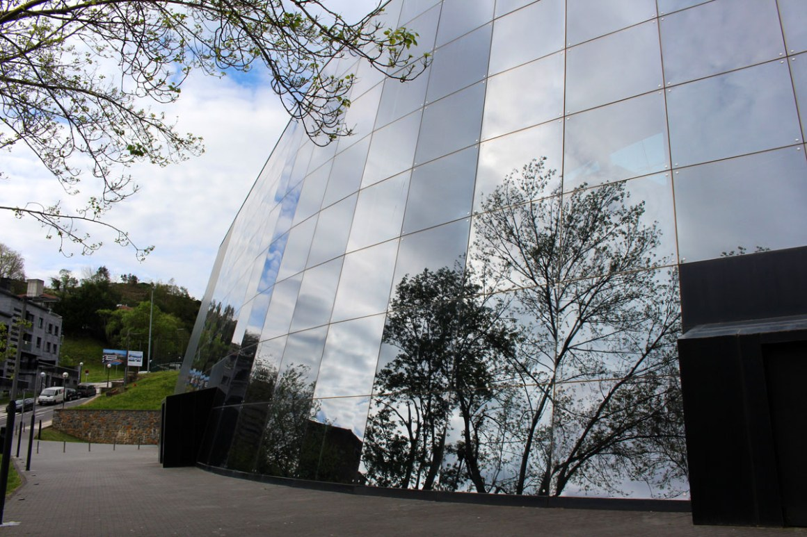 "Cristobal-Balenciaga-Museum-Reizen-Tips-Baskenland-Reizen-Tips-Spanje-gevel ""width ="" 1200 ""height ="" 800 ""data-wp-pid ="" 10296 ""srcset ="" https://www.nicolos-reiseblog.de/ wp-content / uploads / 2019/04 / Cristobal-Balenciaga-Museum-Reizen-Tips-Baskenland-Reizen-Tips-Spanje-Fassade.jpg 1200w, https://www.nicolos-reiseblog.de/wp-content/uploads/2019/04 /Cristobal-Balenciaga-Museum-travel-basics-land-tour-sports-spain-fascade-300x200.jpg 300w, https://www.nicolos-reiseblog.de/wp-content/uploads/2019/04/Cristobal-Balenciaga-Museum- travel-tips-basque-travel-tips-spanje-facade-1024x683.jpg 1024w, https://www.nicolos-reiseblog.de/wp-content/uploads/2019/04/Cristobal-Balenciaga-Museum-travel-basics-land-tourist-sports-spain -fassade-50x33.jpg 50w, https://www.nicolos-reiseblog.de/wp-content/uploads/2019/04/Cristobal-Balenciaga-Museum-travel-basics-land-tour-sports-spain-fascade-800x533.jpg 800w ""sizes ="" (max-width: 1200px) 100vw, 1200px ""/></p data-recalc-dims="