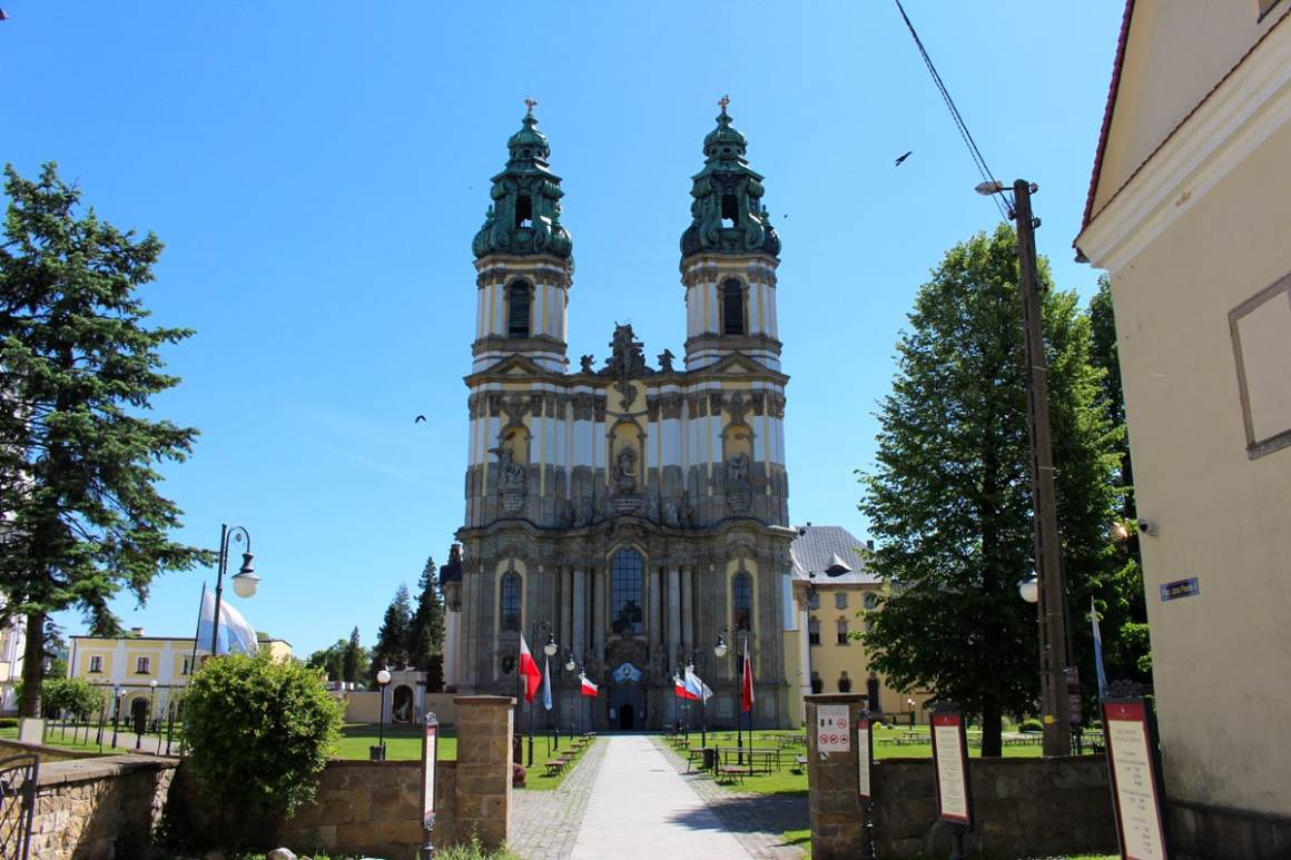 """klooster-gruessau-klooster-kerk-ascentie-reizen-tips-low-siësta-reizen-polen-voorkant """"width ="""" 1200 """"height ="""" 800 """"data-wp-pid ="""" 10235 """"srcset ="""" https: //www.nicolos- reiseblog.de/wp-content/uploads/2019/04/kloster-gruessau-Klosterkirche-Mariae-Himmelfahrt-reisetipps-niederschlesien-reisetipps-polen-frontseite.jpg 1200w, https://www.nicolos-reiseblog.de/wp -content / uploads / 2019/04 / klooster-gruessau-klooster-kerk-bedevaart-reizen-tips-niederschlesien-reizen-tips-polen-voor-300x200.jpg 300w, https://www.nicolos-reiseblog.de/wp-content/ uploads / 2019/04 / klooster-gruessau-klooster-kerk-beklimming-reizen-tips-niederschlesien-reizen-tips-polen-voorkant-1024x683.jpg 1024w, https://www.nicolos-reiseblog.de/wp-content/uploads/2019 /04/kloster-gruessau-Klosterkirche-Mariae-Himmelfahrt-reisetipps-niederschlesien-reisetipps-polen-frontseite-50x33.jpg 50w, https://www.nicolos-reiseblog.de/wp-content/uploads/2019/04/ klooster-Grüssau klooster kerk van Maria Tenhemelopneming zal treden ipps-niederschlesien-travel-tips-polen-front-800x533.jpg 800w """"sizes ="""" (max-width: 1200px) 100vw, 1200px """"/></p data-recalc-dims="""