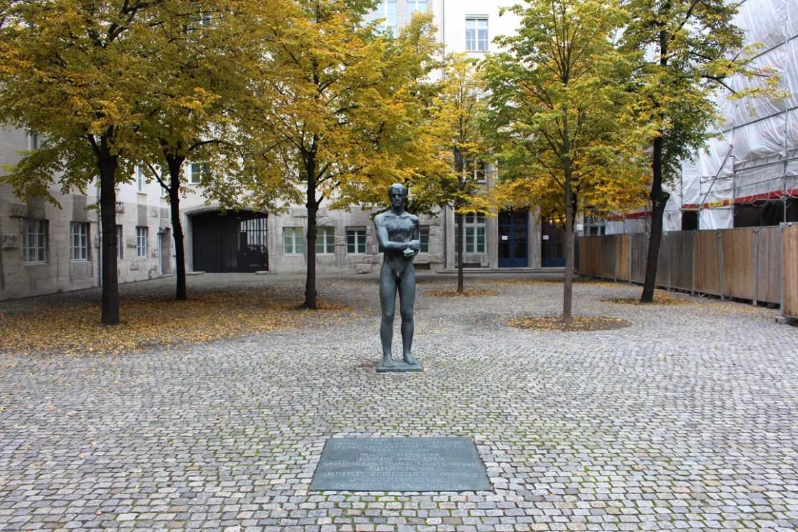 """Gedenkstaette-Deutscher-Widerstand-Innenhof """"width ="""" 1200 """"height ="""" 800 """"data-wp-pid ="""" 10379 """"srcset ="""" https://www.nicolos-reiseblog.de/wp-content/uploads/2019/ 05 / Gedenkstaette-Deutscher-Widerstand-innenhof.jpg 1200w, https://www.nicolos-reiseblog.de/wp-content/uploads/2019/05/Gedenkstaette-Deutscher-Widerstand-innenhof-300x200.jpg 300w, https: //www.nicolos-reiseblog.de/wp-content/uploads/2019/05/Gedenkstaette-Deutscher-Widerstand-innenhof-1024x683.jpg 1024w, https://www.nicolos-reiseblog.de/wp-content/uploads /2019/05/Gedenkstaette-Deutscher-Widerstand-innenhof-50x33.jpg 50w, https://www.nicolos-reiseblog.de/wp-content/uploads/2019/05/Gedenkstaette-Deutscher-Widerstand-innenhof-800x533. jpg 800w """"sizes ="""" (max-width: 1200px) 100vw, 1200px """"/></p data-recalc-dims="""