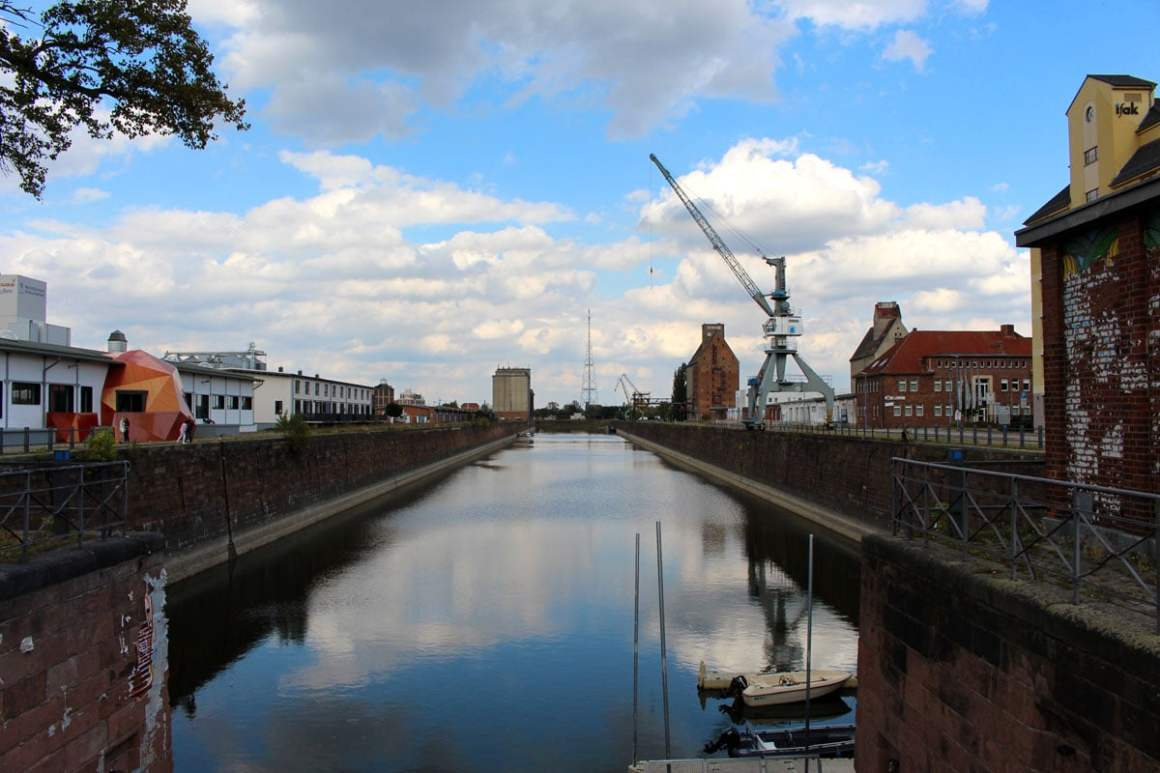 "alter-hafen-magdeburg"" width=""1200"" height=""800"" data-wp-pid=""10894"" srcset=""https://i0.wp.com/www.nicolos-reiseblog.de/wp-content/uploads/2019/07/alter-hafen-magdeburg.jpg?w=1160&ssl=1 1200w, https://www.nicolos-reiseblog.de/wp-content/uploads/2019/07/alter-hafen-magdeburg-300x200.jpg 300w, https://www.nicolos-reiseblog.de/wp-content/uploads/2019/07/alter-hafen-magdeburg-1024x683.jpg 1024w, https://www.nicolos-reiseblog.de/wp-content/uploads/2019/07/alter-hafen-magdeburg-50x33.jpg 50w, https://www.nicolos-reiseblog.de/wp-content/uploads/2019/07/alter-hafen-magdeburg-800x533.jpg 800w"" sizes=""(max-width: 1200px) 100vw, 1200px""/></p data-recalc-dims="