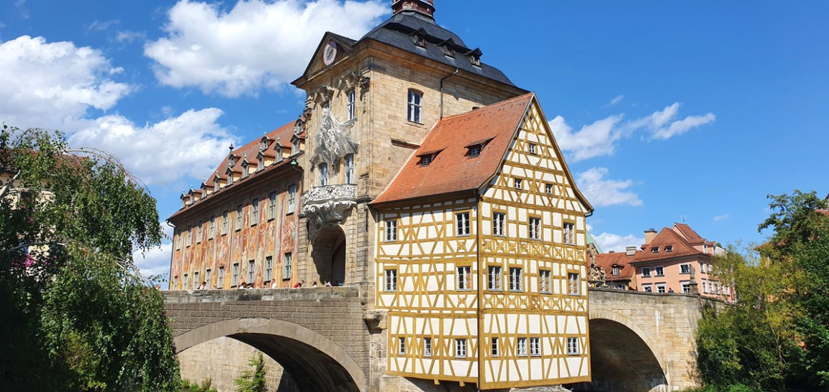 """What-must-you-see-Bamberg-old-townhouse """"width ="""" 1200 """"height ="""" 568 """"data-wp-pid ="""" 11146 """"srcset ="""" https://www.nicolos-reiseblog.de/wp- content / uploads / 2019/08 / What-must-see-one-Bamberg-old-rathaus-1.jpg 1200w, https://www.nicolos-reiseblog.de/wp-content/uploads/2019/08/Was -miss-man-see-Bamberg-old-townhouse-1-300x142.jpg 300w, https://www.nicolos-reiseblog.de/wp-content/uploads/2019/08/Was-muss-man-sehen- Bamberg-old-townhouse-1-1024x485.jpg 1024w, https://www.nicolos-reiseblog.de/wp-content/uploads/2019/08/Was-muss-man-sehen-Bamberg-altes-rathaus-1 -50x24.jpg 50w, https://www.nicolos-reiseblog.de/wp-content/uploads/2019/08/Was-muss-man-sehen-Bamberg-altes-rathaus-1-800x379.jpg 800w """"maten = """"(max-breedte: 1200px) 100vw, 1200px"""" /></p data-recalc-dims="""