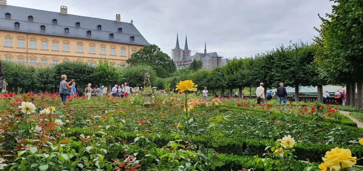 """Wat-je-moet-zien-Bamberg-rozentuin-nieuwe-woning """"width ="""" 1200 """"height ="""" 568 """"data-wp-pid ="""" 11130 """"srcset ="""" https://www.nicolos-reiseblog.de/ wp-content / uploads / 2019/08 / Wat moet ik zien Bamberg-rosengarten-new-residenz.jpg 1200w, https://www.nicolos-reiseblog.de/wp-content/uploads/2019/08 / What-must-man-see-Bamberg-rose garden-new-residenz-300x142.jpg 300w, https://www.nicolos-reiseblog.de/wp-content/uploads/2019/08/Was-muss-man- see-Bamberg-rosengarten-new-residence-1024x485.jpg 1024w, https://www.nicolos-reiseblog.de/wp-content/uploads/2019/08/Was-muss-man-sehen-Bamberg-rosengarten-new -residenz-50x24.jpg 50w, https://www.nicolos-reiseblog.de/wp-content/uploads/2019/08/Was-muss-man-sehen-Bamberg-rosengarten-neue-residenz-800x379.jpg 800w """"sizes ="""" (max-breedte: 1200px) 100vw, 1200px """"/></p data-recalc-dims="""
