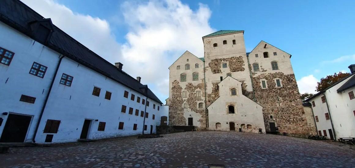"""what-must-have-seen-in-turku-castle-turku-court """"width ="""" 1200 """"height ="""" 569 """"data-wp-pid ="""" 11294 """"srcset ="""" https: //www.nicolos- reiseblog.de/wp-content/uploads/2019/10/was-muss-man-in-turku-gesehen-haben-burg-turku-innenhof.jpg 1200w, https://www.nicolos-reiseblog.de/wp -inhoud / uploads / 2019/10 / wat-moet-je-in-turku-gezien-burg-turku-innenhof-300x142.jpg 300w, https://www.nicolos-reiseblog.de/wp-content/ uploads / 2019/10 / wat-moet-je-in-turku-gezien-burg-turku-innenhof-1024x486.jpg 1024w, https://www.nicolos-reiseblog.de/wp-content/uploads/2019 /10/was-muss-man-in-turku-gesehen-haben-burg-turku-innenhof-50x24.jpg 50w, https://www.nicolos-reiseblog.de/wp-content/uploads/2019/10/ wat-moet-hebben-in-turku-gezien-kasteel-turku-interieur-800x379.jpg 800w """"sizes ="""" (max-breedte: 1200px) 100vw, 1200px """"/></p data-recalc-dims="""