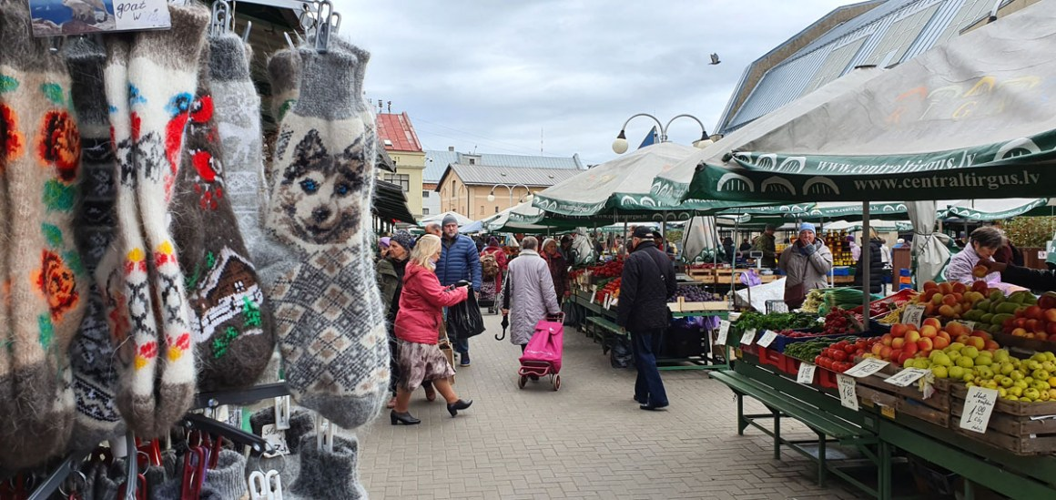"""what-see-in-riga-central-market-negu-iela-out """"width ="""" 1200 """"height ="""" 568 """"data-wp-pid ="""" 11415 """"srcset ="""" https://www.nicolos-reiseblog.de/ wp-content / uploads / 2019/10 / what-seeing-in-riga-Central-market-Negu-iela-aussen.jpg 1200w, https://www.nicolos-reiseblog.de/wp-content/uploads/2019/10 /was-sehen-in-riga-Zentralmarkt-Negu-iela-aussen-300x142.jpg 300w, https://www.nicolos-reiseblog.de/wp-content/uploads/2019/10/was-sehen-in- riga-Zentralmarkt-Negu-iela-outside-1024x485.jpg 1024w, https://www.nicolos-reiseblog.de/wp-content/uploads/2019/10/was-sehen-in-riga-Zentralmarkt-Negu-iela -Outside-50x24.jpg 50w, https://www.nicolos-reiseblog.de/wp-content/uploads/2019/10/was-sehen-in-riga-Zentralmarkt-Negu-iela-aussen-800x379.jpg 800w """"data-lazy-sizes ="""" (max-width: 1200px) 100vw, 1200px """"src ="""" https://www.nicolos-reiseblog.de/wp-content/uploads/2019/10/what-see-in- Riga Central market Negu-iela-aussen.jpg """"/></p> <p><noscript><img class="""