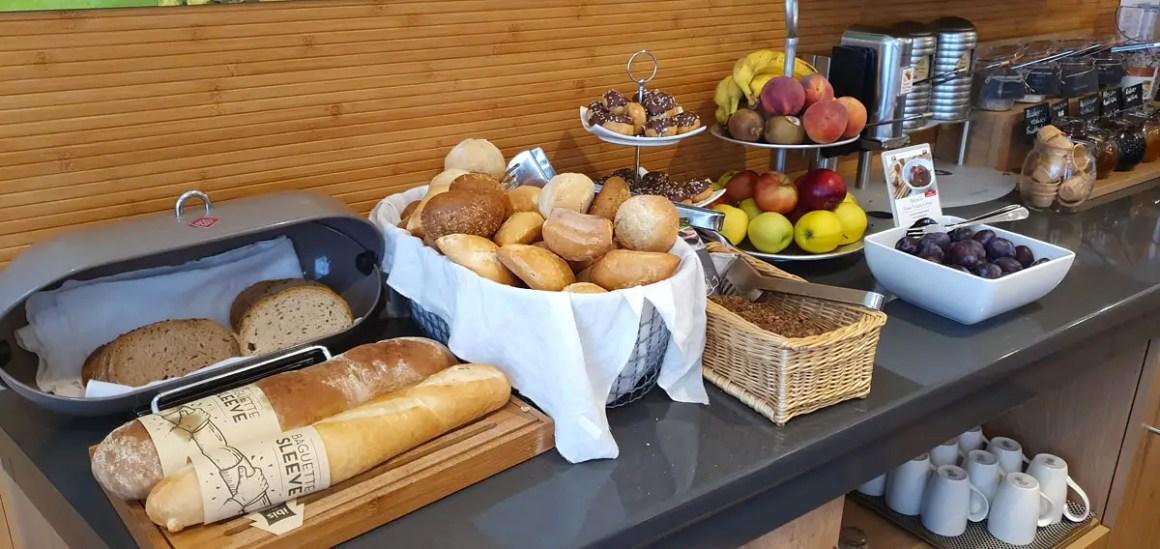 """Hotel-Bamberg-ibis-Altstadt-ontbijt-tafel """"width ="""" 1200 """"height ="""" 568 """"data-wp-pid ="""" 11476 """"srcset ="""" https://www.nicolos-reiseblog.de/wp-content/ uploads / 2019/11 / Hotel-Bamberg-ibis-Altstadt-fruehstueck-broetchen.jpg 1200w, https://www.nicolos-reiseblog.de/wp-content/uploads/2019/11/Hotel-Bamberg-ibis-Altstadt -fruehstueck-broetchen-300x142.jpg 300w, https://www.nicolos-reiseblog.de/wp-content/uploads/2019/11/Hotel-Bamberg-ibis-Altstadt-fruehstueck-broetchen-1024x485.jpg 1024w, https : //www.nicolos-reiseblog.de/wp-content/uploads/2019/11/Hotel-Bamberg-ibis-Altstadt-fruehstueck-broetchen-50x24.jpg 50w, https://www.nicolos-reiseblog.de/ wp-content / uploads / 2019/11 / Hotel-Bamberg-ibis-Altstadt-breakfast -bread-800x379.jpg 800w """"sizes ="""" (max-breedte: 1200px) 100vw, 1200px """"/></p data-recalc-dims="""