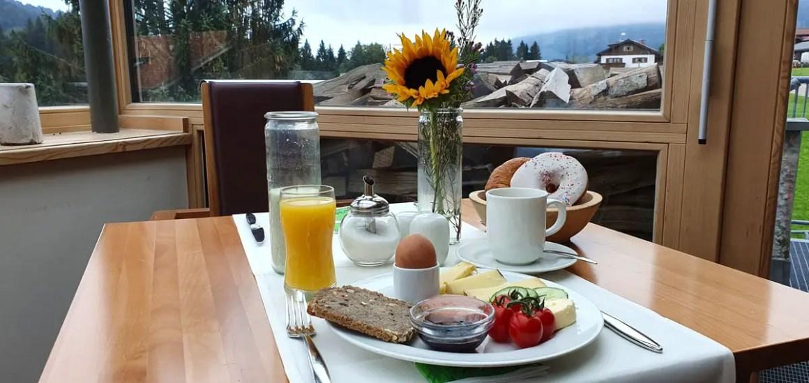 "Hotel-Oberstorf-breakfast ""width ="" 1200 ""height ="" 568 ""srcset ="" https://www.nicolos-reiseblog.de/wp-content/uploads/2020/01/Hotel-Oberstorf-fruehstueck.jpg 1200w, https://www.nicolos-reiseblog.de/wp-content/uploads/2020/01/Hotel-Oberstorf-fruehstueck-300x142.jpg 300w, https://www.nicolos-reiseblog.de/wp-content/uploads /2020/01/Hotel-Oberstorf-fruehstueck-1024x485.jpg 1024w ""data-lazy-sizes ="" (max-width: 1200px) 100vw, 1200px ""src ="" https://www.nicolos-reiseblog.de/wp gehalte / uploads / 2020/01 / hotel-Oberstorf fruehstueck.jpg ""/><noscript><img class="