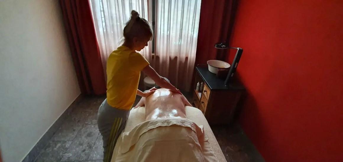 "Hotel-Oberstorf-wellness-masseur ""width ="" 1200 ""height ="" 569 ""srcset ="" https://www.nicolos-reiseblog.de/wp-content/uploads/2020/01/Hotel-Oberstorf-wellness- Masseurin .jpg 1200w, https://www.nicolos-reiseblog.de/wp-content/uploads/2020/01/Hotel-Oberstorf-wellness- Masseurin-300x142.jpg 300w, https://www.nicolos-reiseblog.de / wp-content / uploads / 2020/01 / Hotel-Oberstorf-wellness- Masseurin-1024x486.jpg 1024w ""data-lazy-sizes ="" (max-width: 1200px) 100vw, 1200px ""src ="" https: // www .nicolos-reiseblog.de / wp-content / uploads / 2020/01 / hotel-Oberstorf-wellness-masseurin.jpg ""/><noscript><img class="