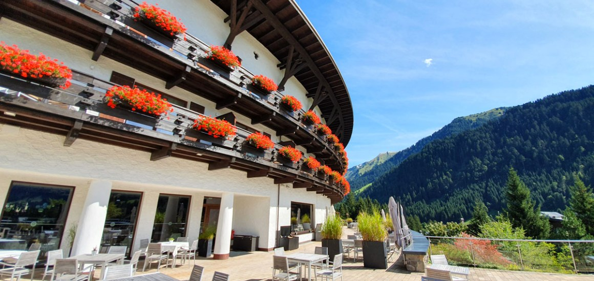 "Travel-Charme-Ifen-Hotel-Kleinwalsertal-Perspective ""width ="" 1200 ""height ="" 569 ""srcset ="" https://www.nicolos-reiseblog.de/wp-content/uploads/2020/01/Travel-Charme -Ifen-Hotel-Kleinwalsertal-Perspective.jpg 1200w, https://www.nicolos-reiseblog.de/wp-content/uploads/2020/01/Travel-Charme-Ifen-Hotel-Kleinwalsertal-Perspektiven-300x142.jpg 300w , https://www.nicolos-reiseblog.de/wp-content/uploads/2020/01/Travel-Charme-Ifen-Hotel-Kleinwalsertal-Perspektiven-1024x486.jpg 1024w ""data-lazy-sizes ="" (max- breedte: 1200px) 100vw, 1200px ""src ="" https://www.nicolos-reiseblog.de/wp-content/uploads/2020/01/Travel-Charme-Ifen-Hotel-Kleinwalsertal-Perspektiven.jpg ""/></p> <p><noscript><img class="