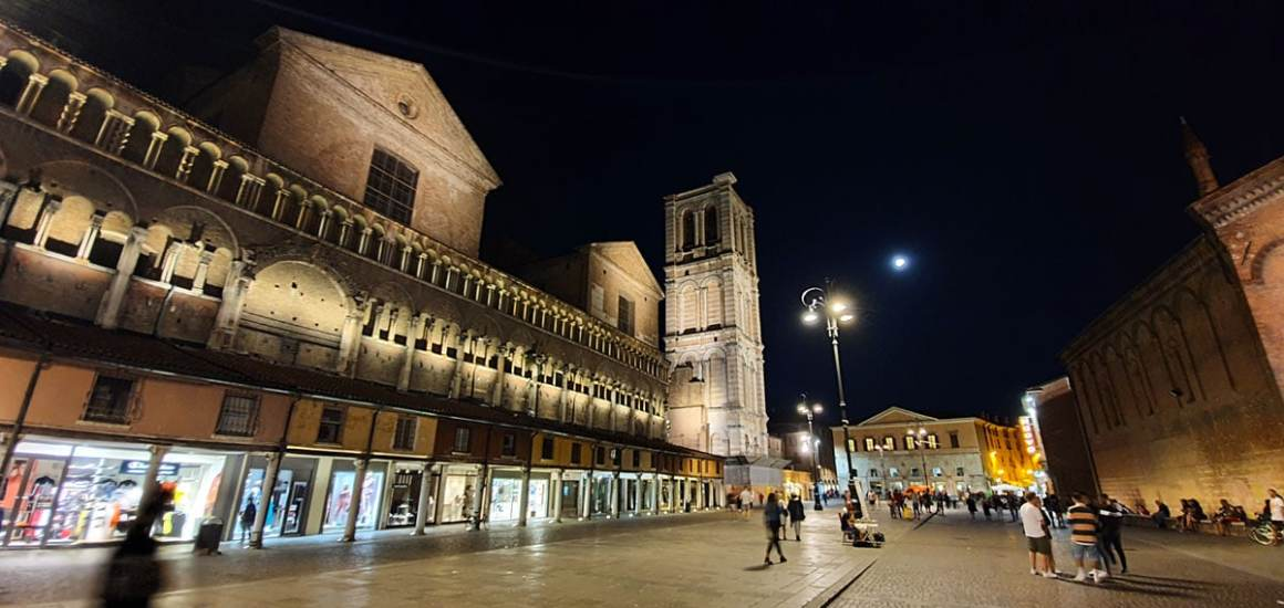 "ferrara-bezienswaardigheden-kathedraal-van-ferrara-avond ""width ="" 1200 ""height ="" 569 ""srcset ="" https://www.nicolos-reiseblog.de/wp-content/uploads/2020/01/ferrara-sehenswuerdigkeits -Cathedral-of-Ferrara-evenings.jpg 1200w, https://www.nicolos-reiseblog.de/wp-content/uploads/2020/01/ferrara-sehenswuerdigkeits-Kathedrale-von-Ferrara-abends-300x142.jpg 300w , https://www.nicolos-reiseblog.de/wp-content/uploads/2020/01/ferrara-sehenswuerdigkeits-Kathedrale-von-Ferrara-abends-1024x486.jpg 1024w ""data-lazy-sizes ="" (max- breedte: 1200px) 100vw, 1200px ""src ="" https://www.nicolos-reiseblog.de/wp-content/uploads/2020/01/ferrara-sehenswuerdigkeits-Kathedrale-von-Ferrara-abends.jpg ""/></p> <p><noscript><img class="