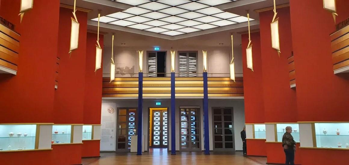 """grassi-museum-leipzig-pfeilerhalle """"width ="""" 1200 """"height ="""" 568 """"srcset ="""" https://www.nicolos-reiseblog.de/wp-content/uploads/2020/05/grassi-museum-leipzig-pfeilerhalle .jpg 1200w, https://www.nicolos-reiseblog.de/wp-content/uploads/2020/05/grassi-museum-leipzig-pfeilerhalle-300x142.jpg 300w, https://www.nicolos-reiseblog.de /wp-content/uploads/2020/05/grassi-museum-leipzig-pfeilerhalle-1024x485.jpg 1024w """"data-lui-maten ="""" (max. breedte: 1200px) 100vw, 1200px """"src ="""" https: // www .nicolos-reiseblog.de / wp-content / uploads / 2020/05 / grassi-museum-leipzig-pfeilerhalle.jpg """"/></p> <p><noscript><img class="""