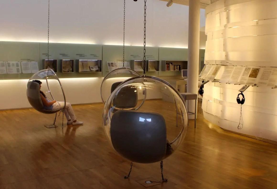 bachhaus-eisenach-moderne-ausstellung-bubble-chairs
