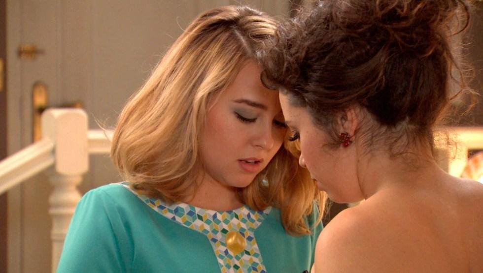 Lusita y Amelia, a punto de besarse