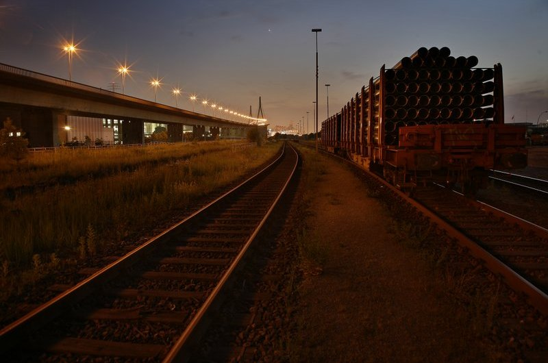 Hamburg bei Nacht - Freihafen - Anhänger nahe der Köhlbrandbrücke