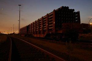Hamburg bei Nacht - Eisenbahnwagon im Freihafen