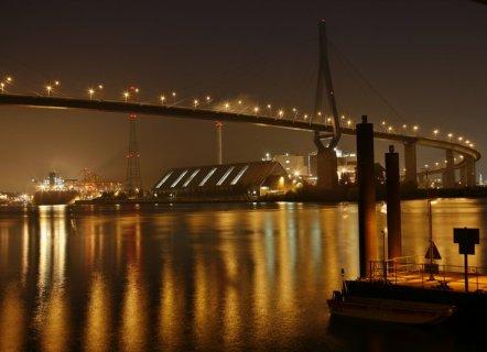 Hamburg bei Nacht – Koehlbrandbruecke im hamburger Freihafen