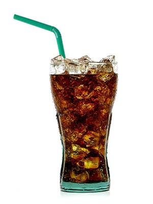 Vaso de refresco con hielo y paja