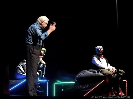 """24 XI 2019 , Suwałki - SOK - Sala im. Andrzeja Wajdy - spektakl w cyklu Teatr Polska """"Jeremi się ogarnia. LOL"""" © 2019 Wojciech Otłowski"""