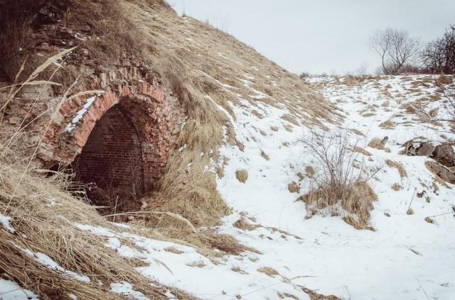 Per skersinę poterną išlendame į forto kiemą