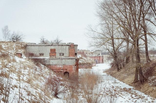 Forto užnugaris nuo kairiajame kampe esančio amunicijos sandėlio