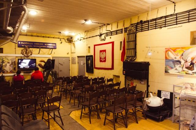 Greta įėjimo įrengta nedidelė konferencijų salė