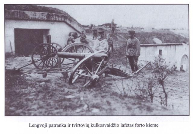 Lengvoji patranka ir tvirtovių kulkosvaidžio lafetas forto kieme