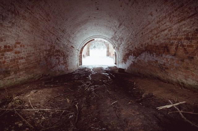Purvu užneštas praėjimas į forto kiemą