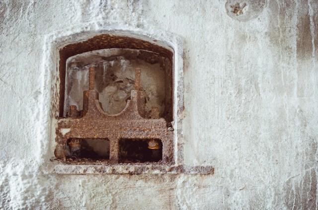 Keltuvo mechanizmo elementai sienoje