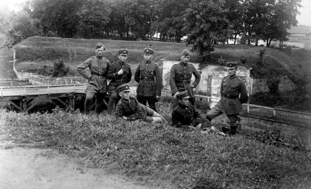 Latvių Dobelės pulko pėstininkai tvirtovės apylinkėse