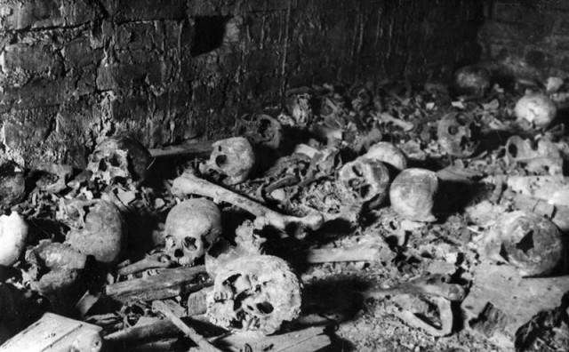 Skeletai tvirtovės soboro rūsiuose. 1944 m.