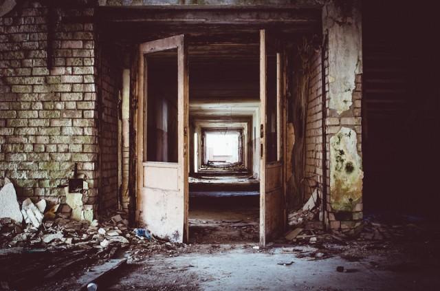 Į visas puse - ilgi ir tylūs koridoriai
