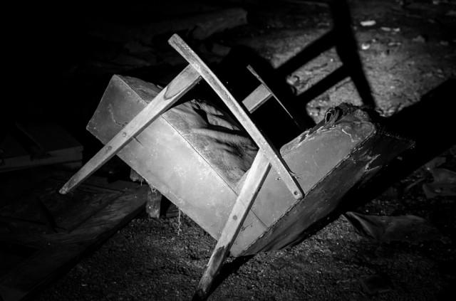 Daugelio apleistų objektų simbolis - vienišas krėslas
