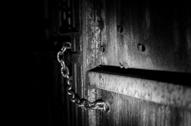 Sušaudytos rūsio durys į išorę. Spyna šviežiai užkabinta