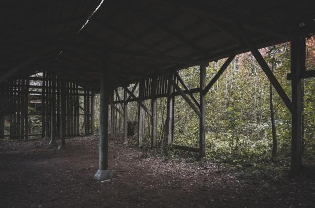 Už mokyklos stovi kiaura daržinė ir apgriuvęs tvartas