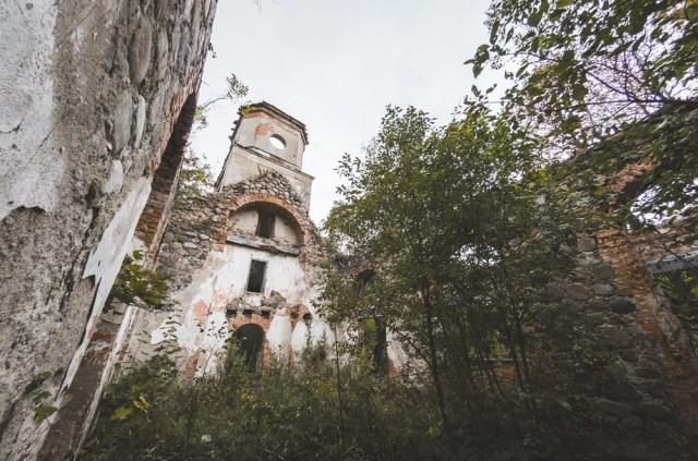 Bažnyčios vidus. Stogas seniausiai supuvo
