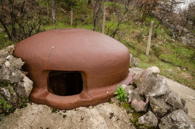 Pirmiausia pasitinka kuo puikiausiai išlikęs stebėtojo postas su masyviu geležiniu kupolu