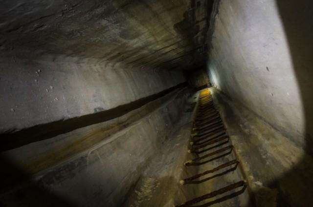 Vertikali šachta su kopėčiomis į vieną iš stebėtojo pozicijų