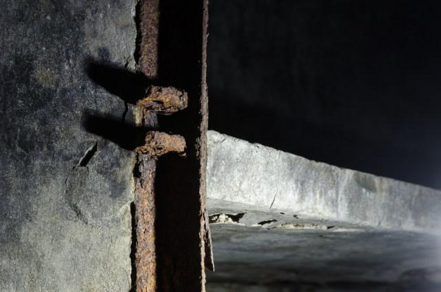 Metalinis durų rėmas ir betoninė lentyna