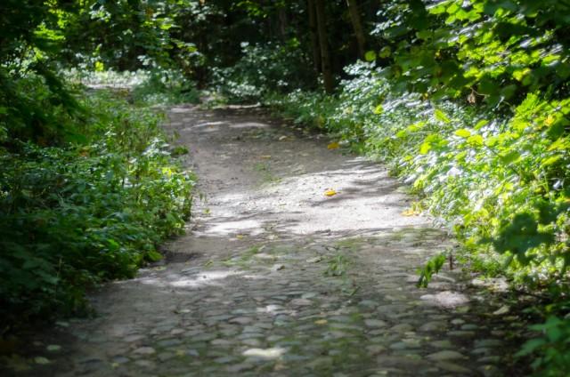 Kai kur kelias pristinga grindinio akmenų
