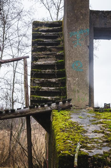 Laipteliais galima pakilti ant šliuzų pakėlimo mechanizmo aptarnavimo tiltelio