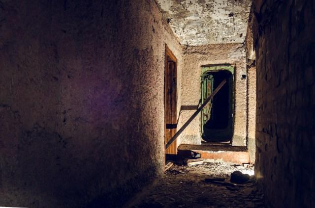 Už durų - koridoriaus išsišakojimas